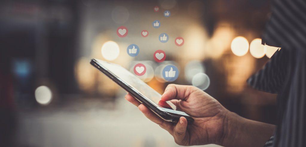 Aus Smartphone steigen Likes und Loves auf