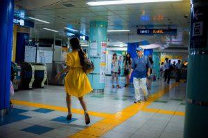 Lukasz Palka 東京地下鉄 黄色のドレスの女性