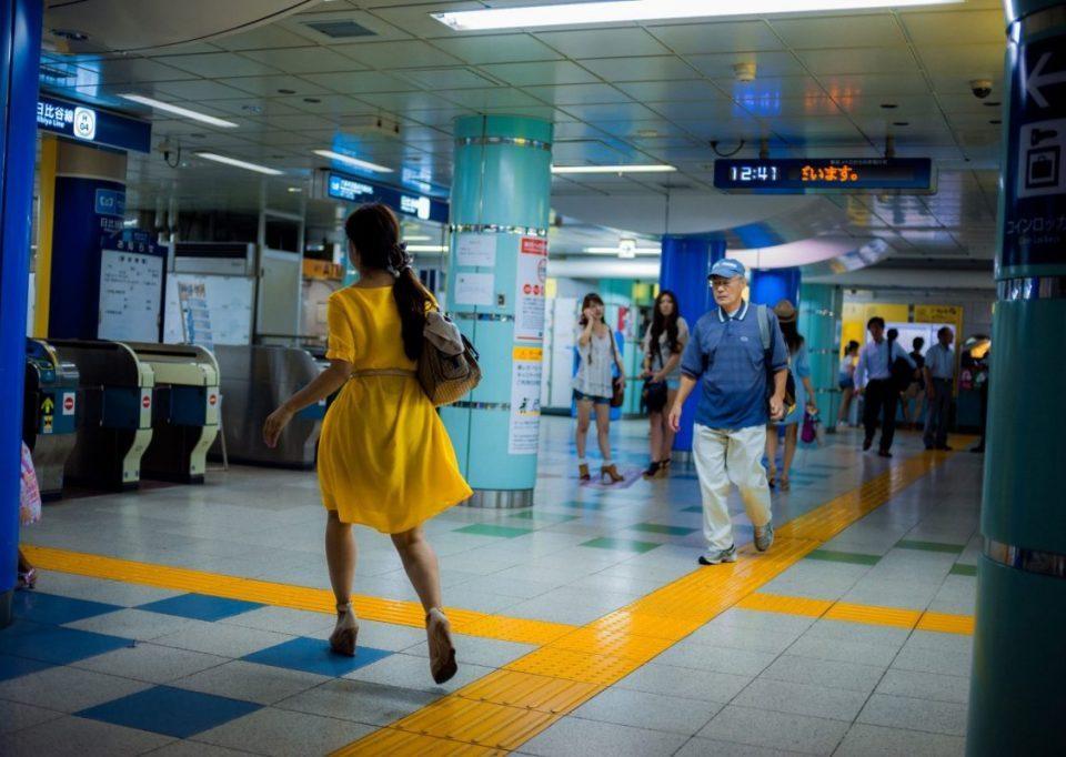 Lukasz Palka Tokyo Metro Frau im gelben Kleid
