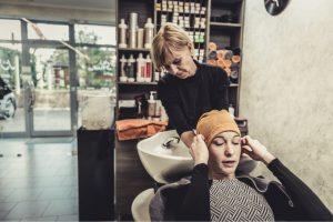 Ansicht Friseurin und Kundin beim Haare waschen