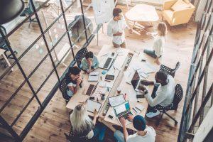 Personen arbeiten im Büro - Loftcharakter