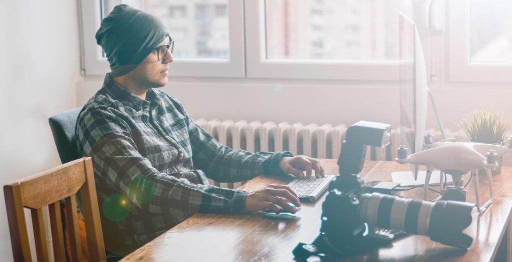 Fotograf vor iMac