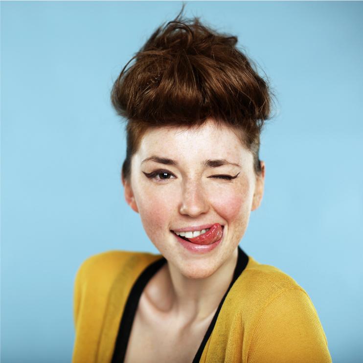 Portrait: Frau steckt Zunge raus