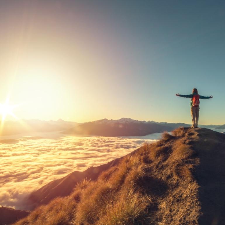 Frau aug Berg Blick in die Ferne der Natur