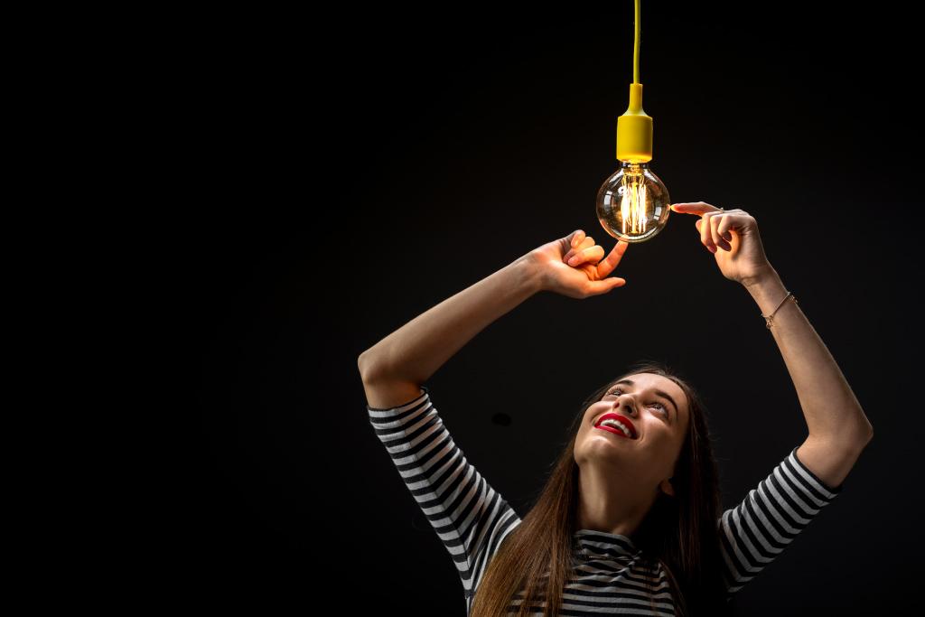 Frau schaut auf Glühbirne