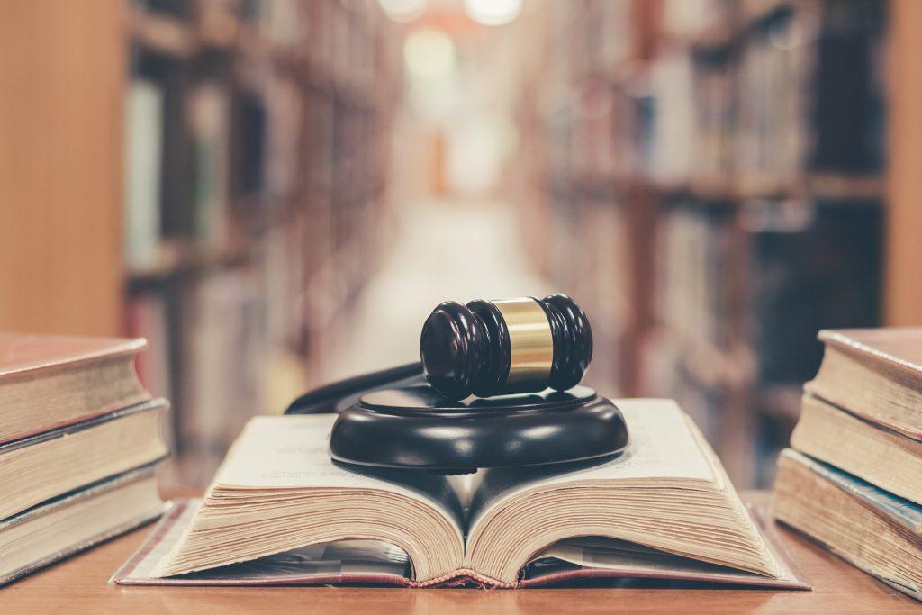 Richterhammer liegt auf Gesetzesbuechern