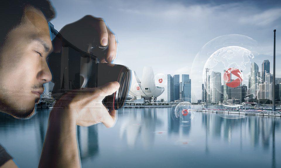 Mann mit Kamera vor Skyline Singapur und Concensum Logo