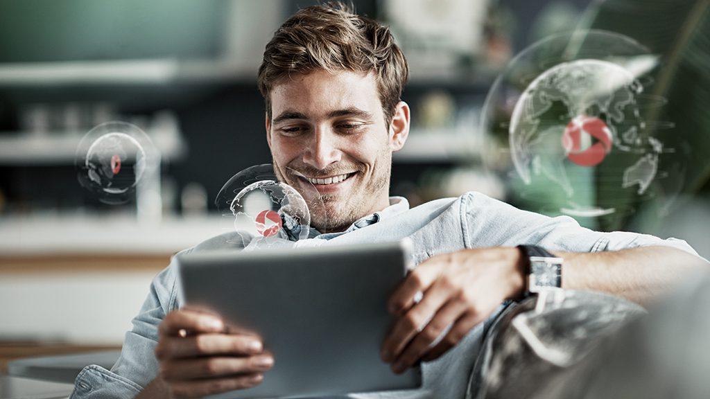 Mann schaut Concensum auf iPad an