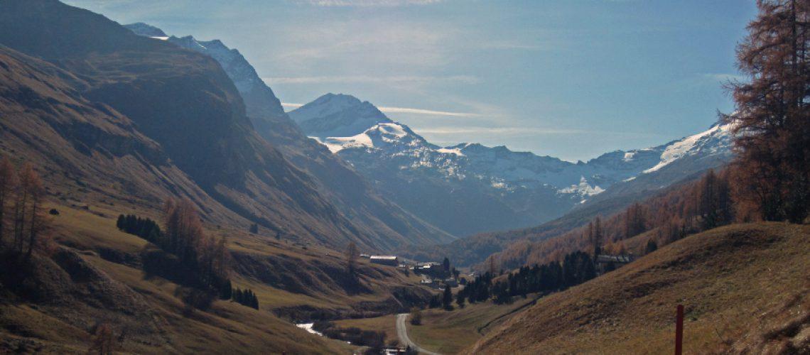 Straße zwischen Bergen